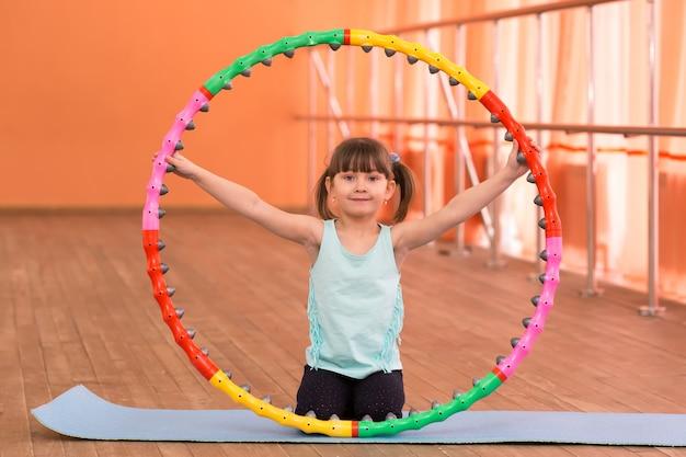 Una niña pequeña tiene 5 años en el gimnasio. Foto Premium