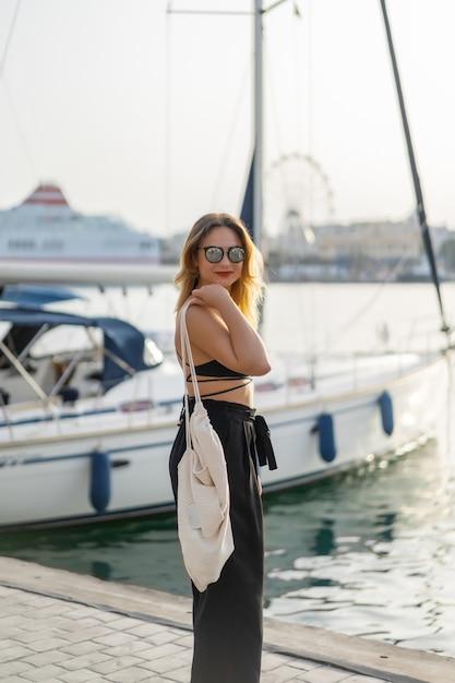 La niña en el puerto. yates privados en puerto Foto gratis
