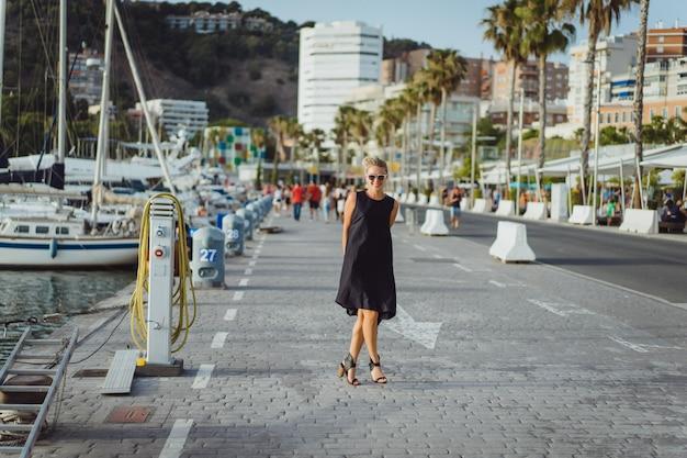 La niña en el puerto Foto gratis