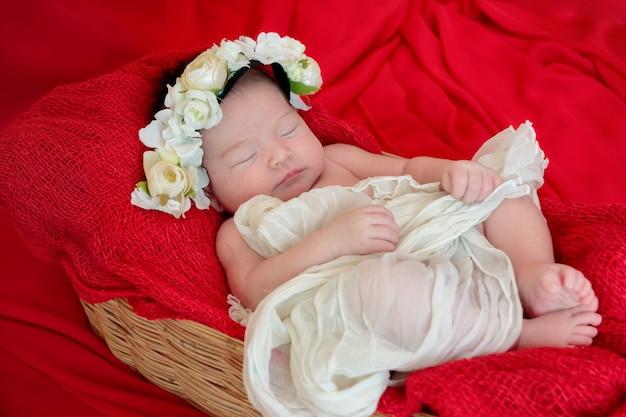 434ec922f La niña recién nacida está durmiendo en la manta roja de la tela ...
