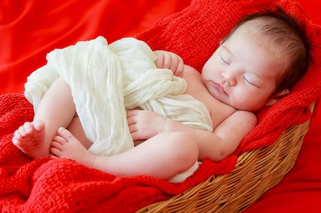 a552473db La niña recién nacida está durmiendo en manta