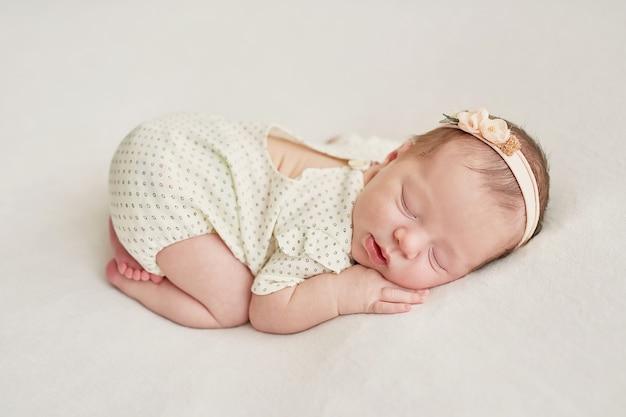 Niña recién nacida sobre un fondo claro Foto Premium