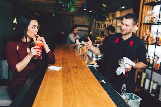 Mi cafetería. Nina-sentada-bar-bebiendo-coctel-que-ordeno_152404-8854
