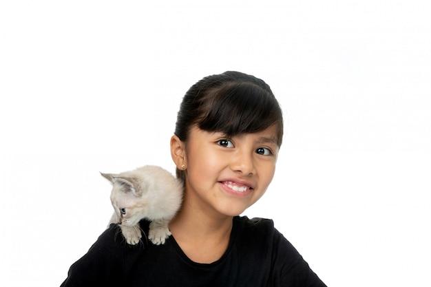 Niña sonriendo con gatito blanco Foto Premium