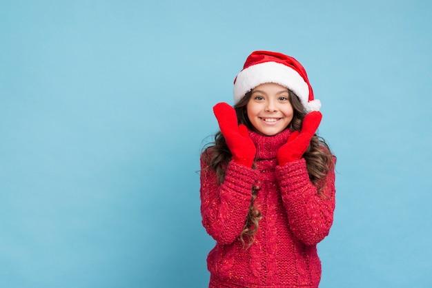 Niña sonriente de espacio de copia en ropa de invierno Foto gratis