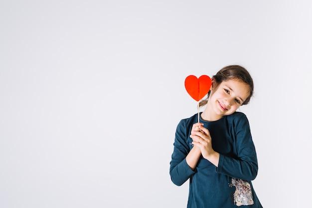 Niña sonriente con lindo corazón Foto gratis