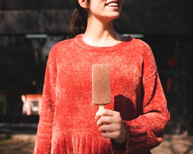 Niña sonriente de primer plano con helado Foto gratis