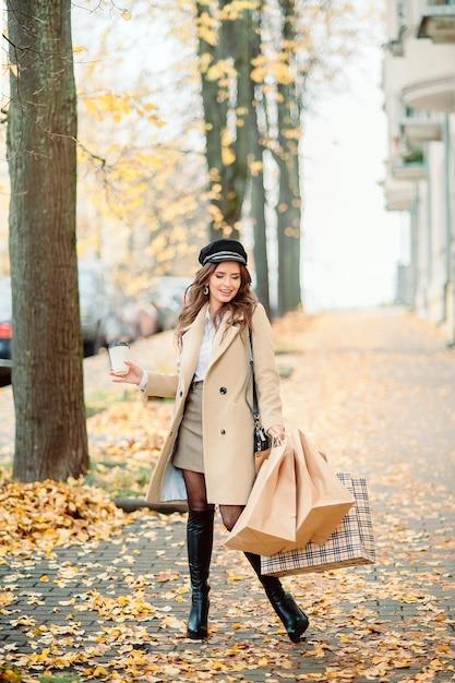 Niña sostiene paquetes de manualidades de papel en otoño Foto Premium