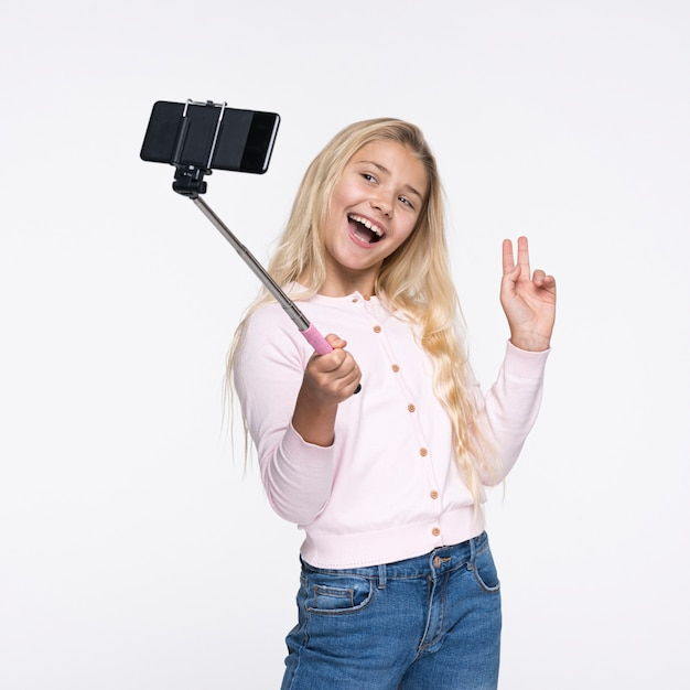 Niña tomando selfies de sí misma Foto gratis