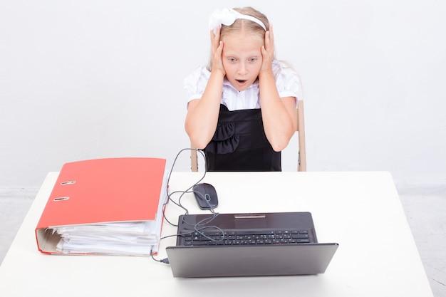 Niña usando su computadora portátil Foto gratis