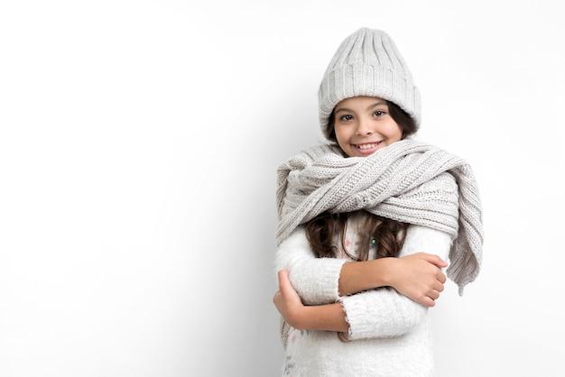 Niña vestida con ropa de temporada Foto gratis