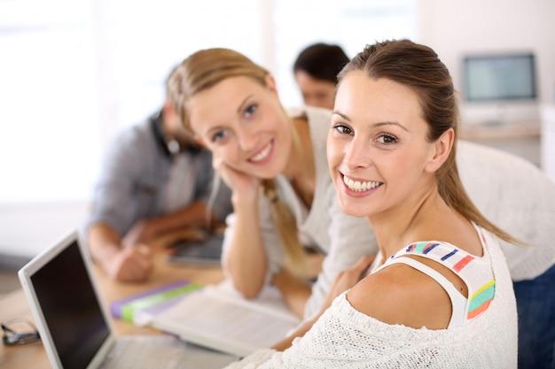 Niñas de la escuela en clase estudiando en la computadora portátil Foto Premium