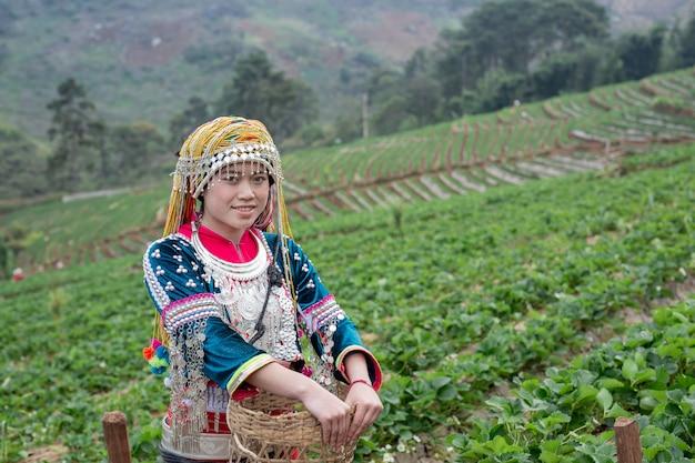 Las niñas tribales están recogiendo fresas Foto gratis