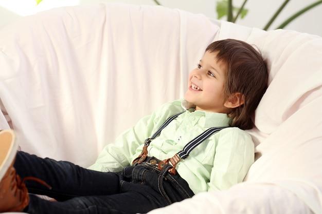 Niño adorable Foto gratis