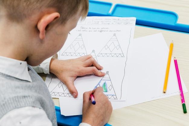 Niño anónimo colorear imágenes durante la lección | Descargar Fotos ...