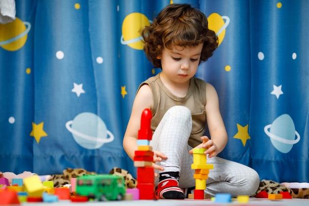 Niño autista jugando con cubos en casa Foto Premium