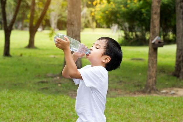 Niño Bebiendo Agua En El Parque Al Aire Libre