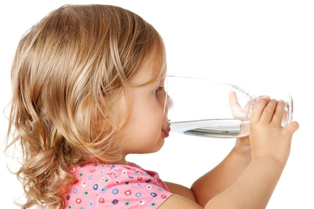Niño bebiendo agua Foto Premium