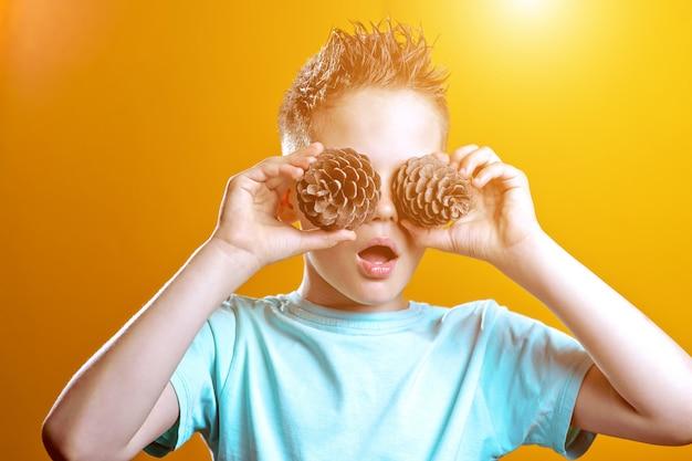 Un niño con una camiseta ligera le puso dos conos en los ojos Foto Premium