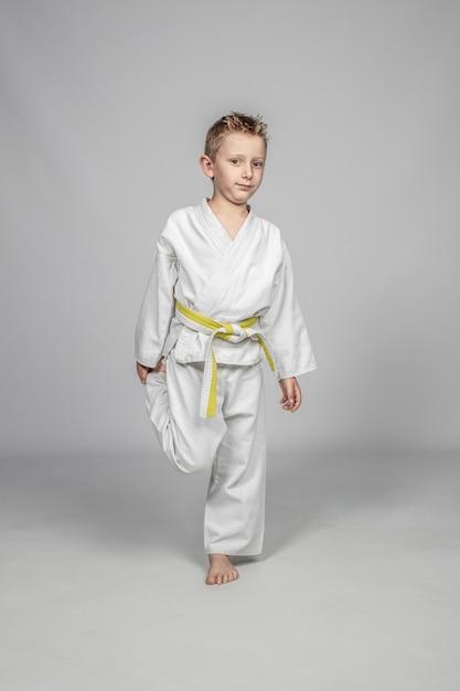 Niño caucásico de siete años practicando artes marciales. Foto Premium