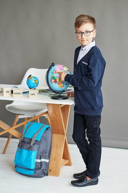 Niño colegial en clase Foto Premium