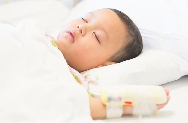 Niño dormido y enfermedad en hospital. Foto gratis