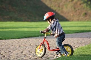 niño en bicicleta Foto Gratis