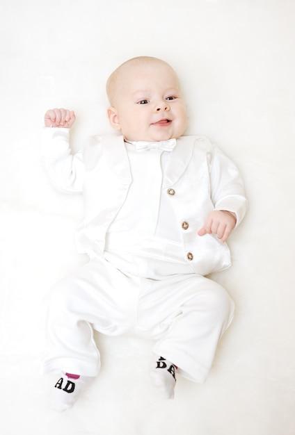 Niño en esmoquin blanco y pajarita. Foto Premium
