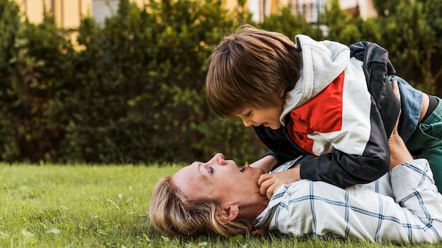 Niño de explotación de madre de tiro medio Foto gratis