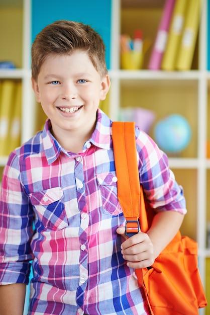 Niño Feliz En Camiseta Roja Con Las Manos Arriba Aislados Fotos ...