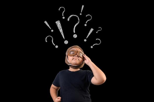El niño finge ser un superhéroe y usa su mente. dibuja el concepto. Foto gratis