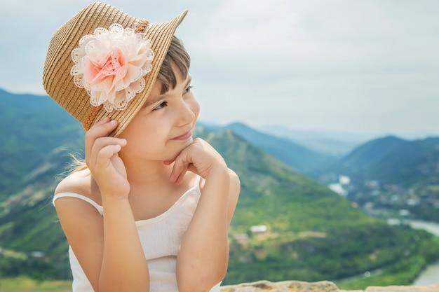 Niño en el fondo de las vistas de georgia Foto Premium