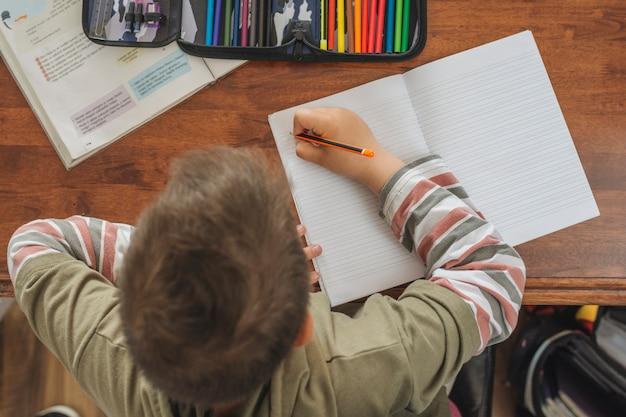 Niño haciendo sus deberes en casa Foto Premium