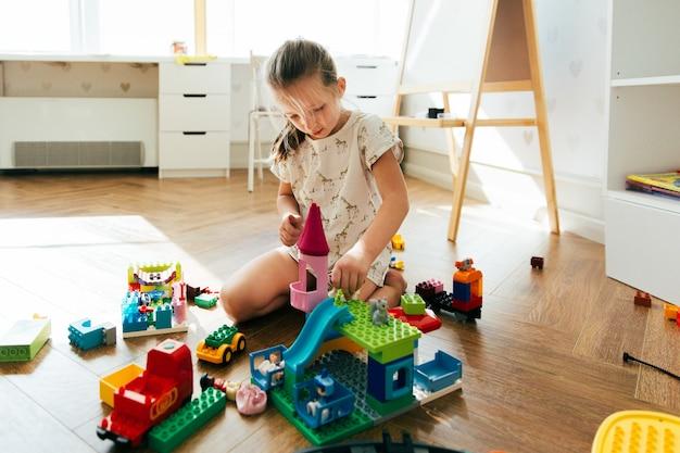 Niño jugando con coloridos bloques de juguete. niña que