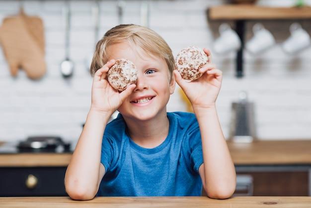 Niño jugando con galletas Foto gratis