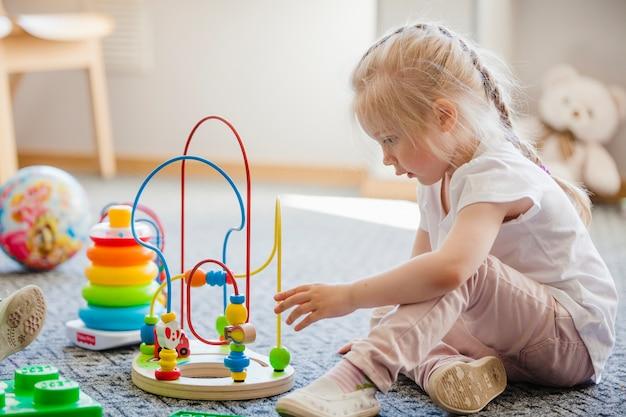 Niño con juguete en la habitación Foto gratis