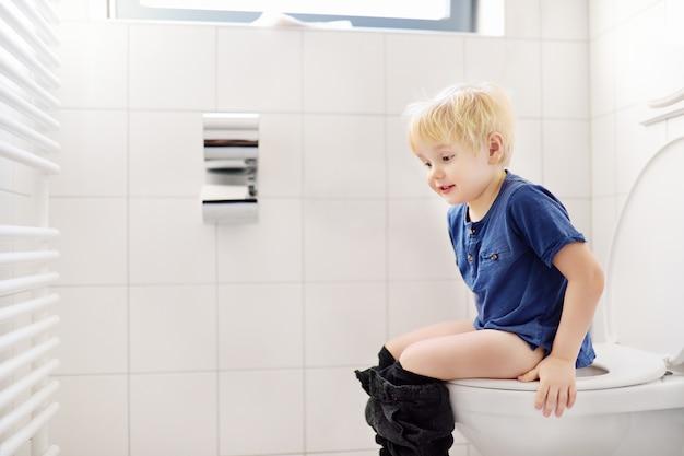 Niño lindo en el baño Foto Premium