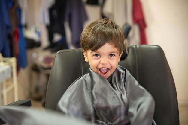 Niño lindo bebé niño - corte de pelo Foto Premium