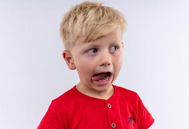 Niño sacando la lengua