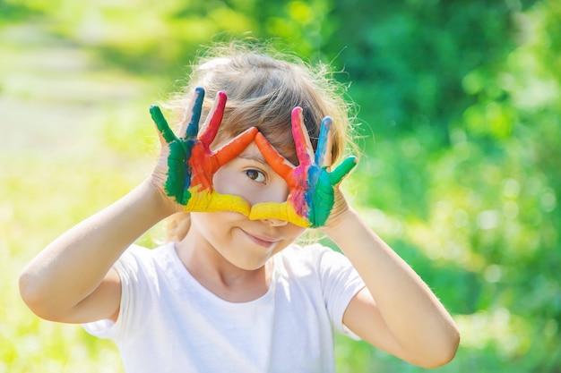 Niño con manos y piernas pintadas Foto Premium