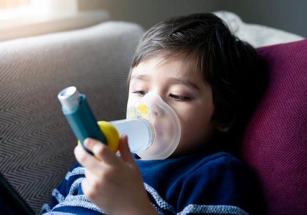 Niño con mascarilla inhalador Foto Premium