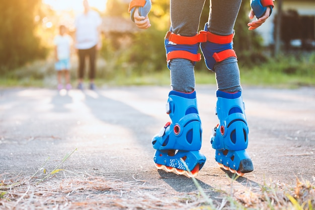 Niño montando en patines en el parque Foto Premium