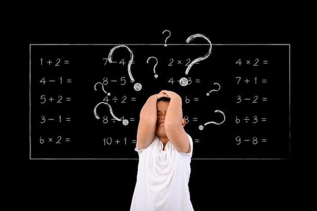El niño no entendía las matemáticas. Foto gratis