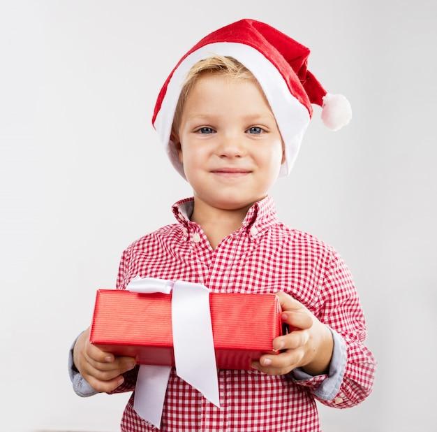 Ni o peque o adorable sujetando un regalo descargar - Foto nino pequeno ...