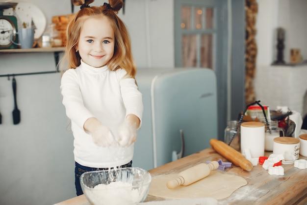 Niño pequeño cocinar la masa para galletas Foto gratis