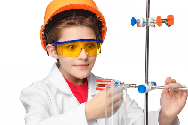 Niño pequeño como químico haciendo experimento con fluido químico en el laboratorio Foto gratis