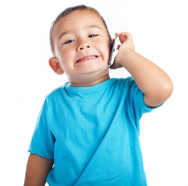 Ni o peque o con un tel fono en la oreja descargar fotos - Foto nino pequeno ...