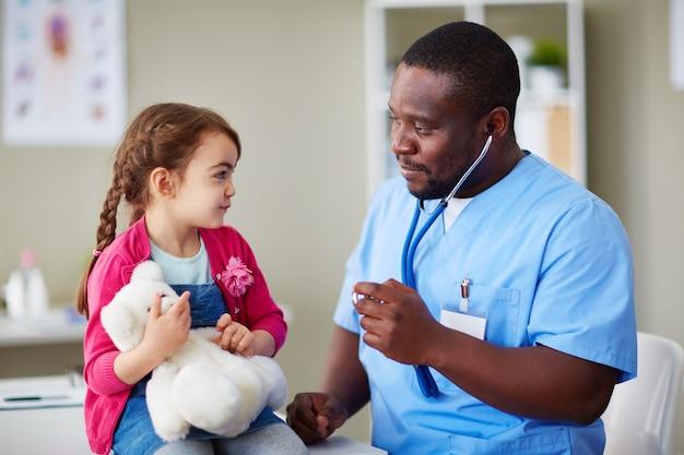 Ni o peque o doctor uniforme m dico descarga fotos premium - Foto nino pequeno ...