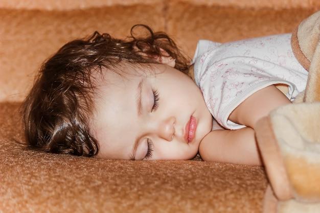 El niño pequeño duerme. enfoque selectivo Foto Premium