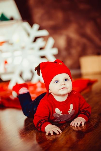 Ni o peque o juega cerca de un rbol de navidad for Arbol de navidad pequeno